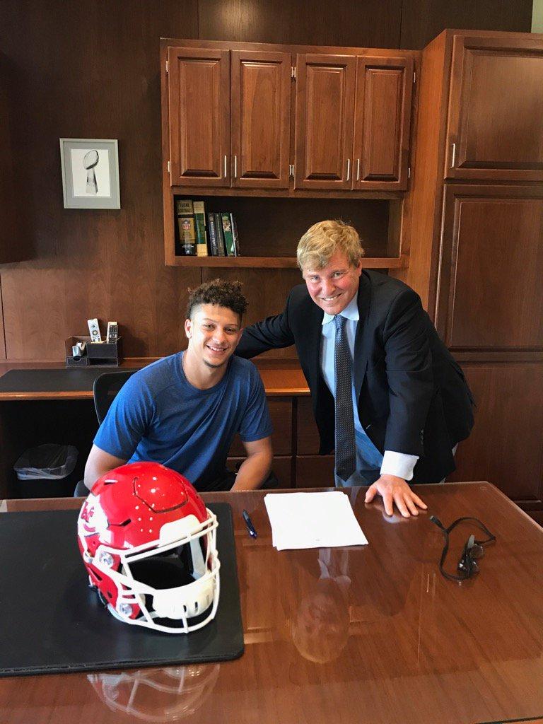 @PatrickMahomes5 signs with Kansas City today @Chiefs @TexasTechFB https://t.co/fa9WJMg7hW