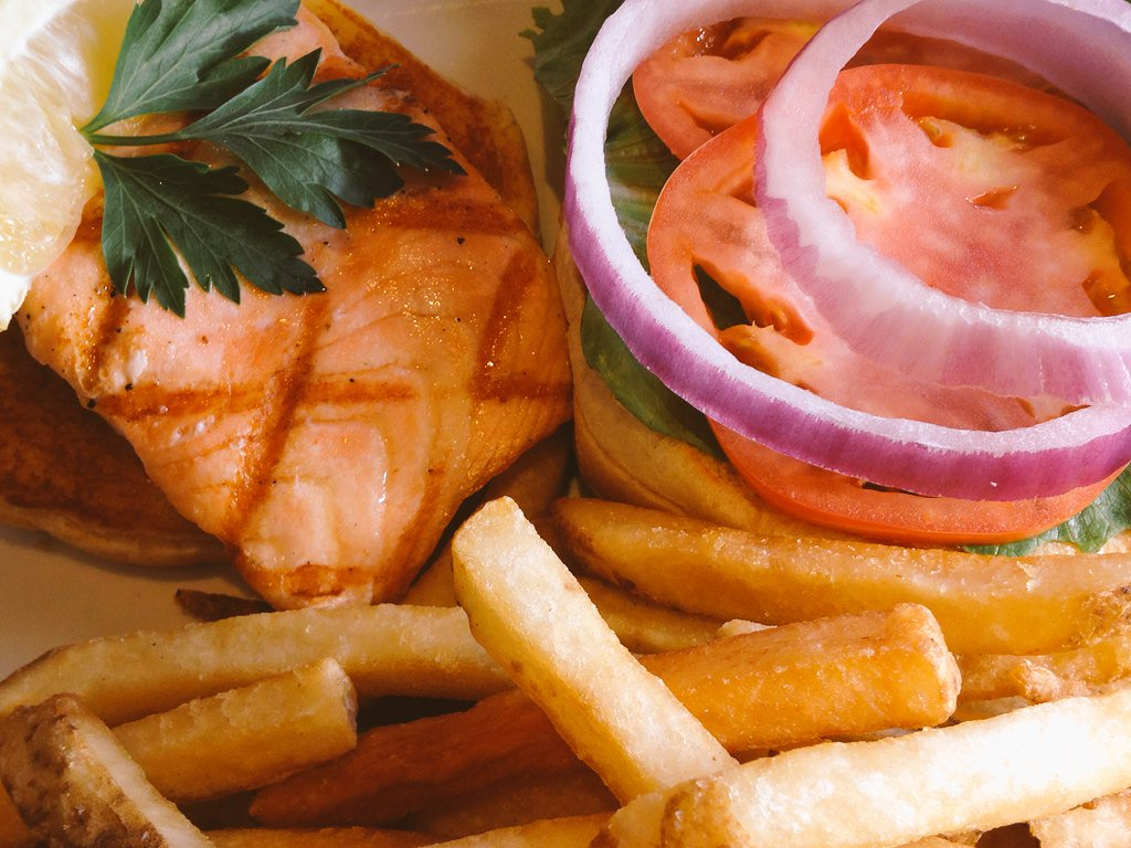 Grilled Salmon Sandwich with Local Tomato & Skin-On Fries at @BigCityDiner at @WindwardMall https://t.co/FHNF4nYffz