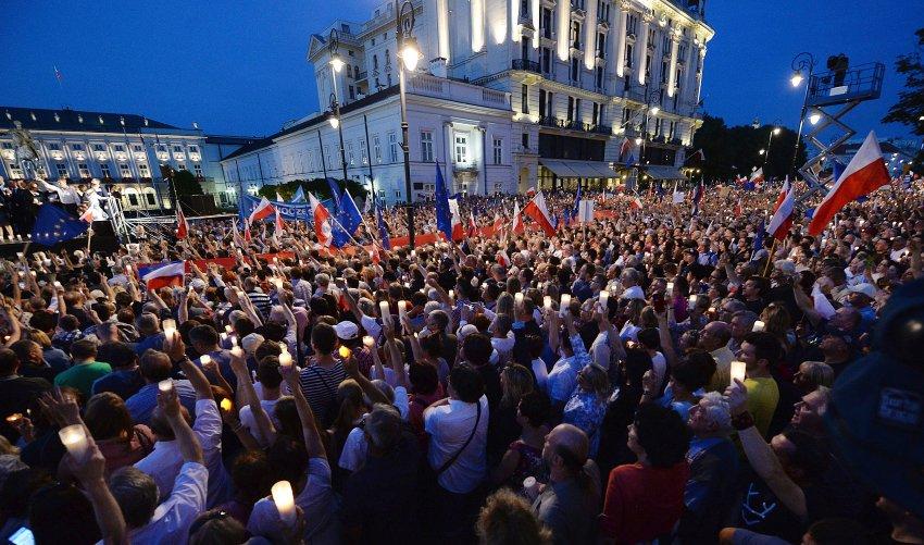 Polen: Zehntausende protestieren gegen umstrittene Justizreform https://t.co/rthaogqSiD