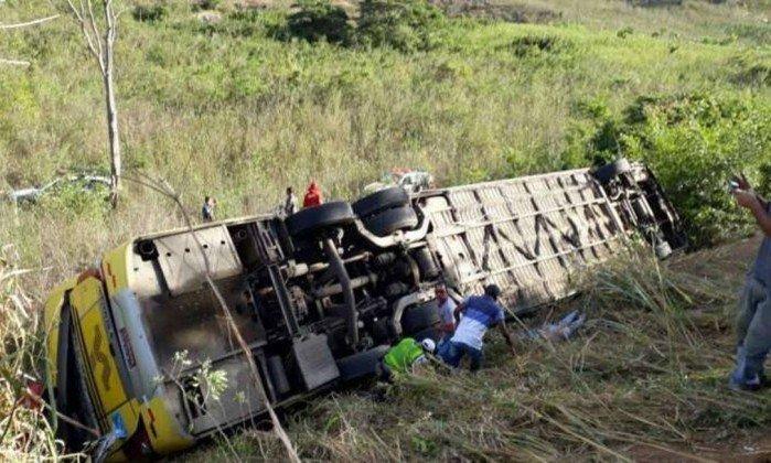 Acidente com ônibus deixa cinco mortos e pelo menos 17 feridos, em Minas Gerais. https://t.co/1TO0O8MPoQ