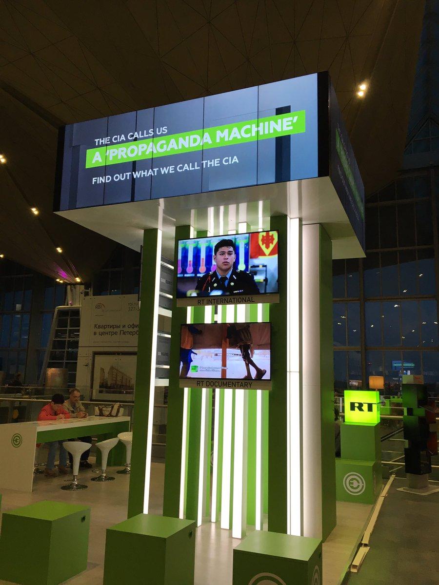 Le stand de Russia Today à l'aéroport de Saint Petersbourg ne manque pas de second degré.