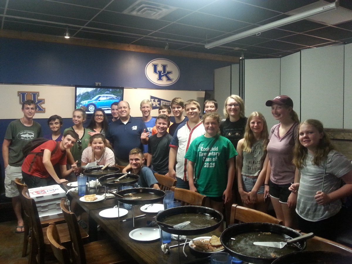 Great times (and great pizza) with the youngsters from @WKUwxCamp at Mr. B's this evening! #kywx