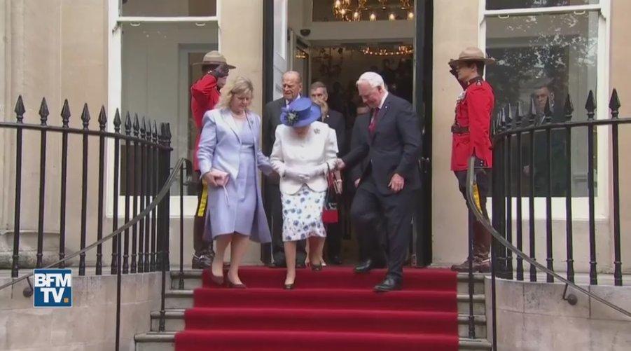 VIDEO - Quand le gouverneur du Canada touche la reine et indigne la presse britannique https://t.co/b89NpqezZX
