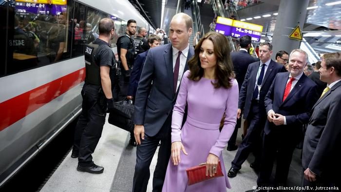 Kate and William join #Berlin commuters in the morning rush hour as they travel by #ICE  to #Hamburg for day 3 of #RoyalVisitGermany<br>http://pic.twitter.com/x74rTQoLM0