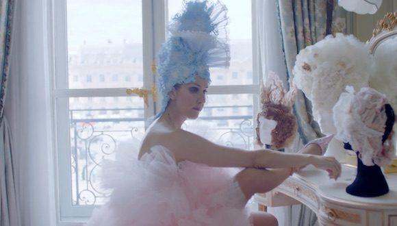 O vídeo da @voguemagazine com @celinedion usando alta-costura em Paris é a coisa mais legal que você vai ver hoje: https://t.co/sWF1HVBCii