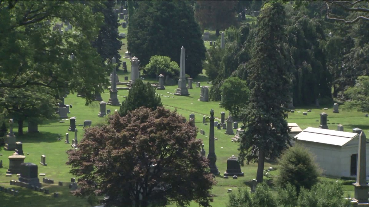 In this week's Hidden NY, @DanMannarino tours Greenwood Cemetery, which is filled w/secrets & Argentinian parakeets https://t.co/qq44jIc4NU
