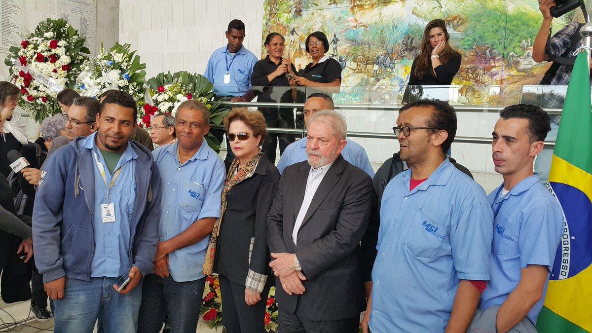 Velório do Marco Aurélio Garcia em SP: turma da limpeza e da manutenção na Assembléia Legislativa fez fila pra pedir foto com Lula e Dilma.