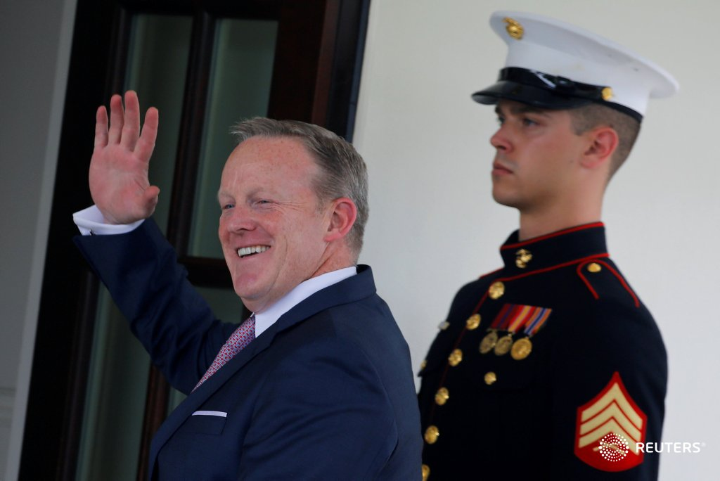 Outgoing Press Secretary Sean Spicer waves as he enters the White House. More images from his six months on the job: https://t.co/qHkrY9xy9r