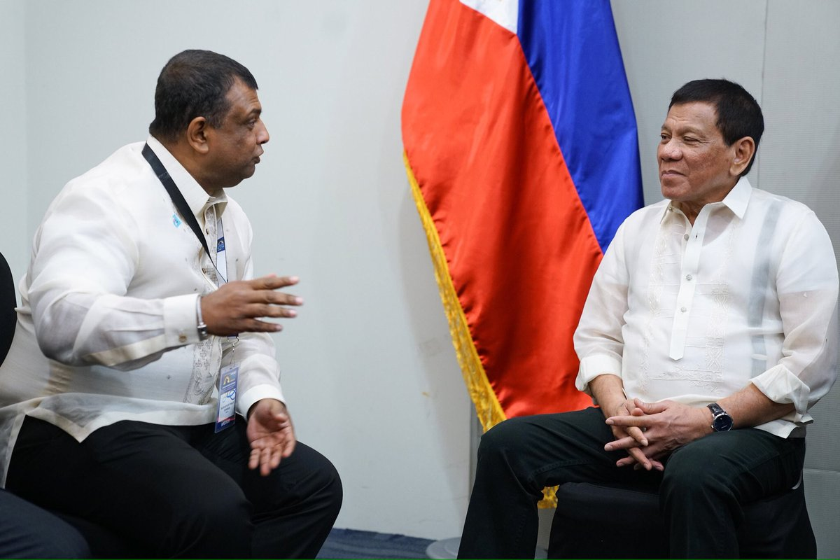 LOOK: Pres. Duterte speaks w/ AirAsia CEO Anthony Fernandes in a courtesy call on the President in Davao Friday (📷 Palace) | @argyllcyrus_MB