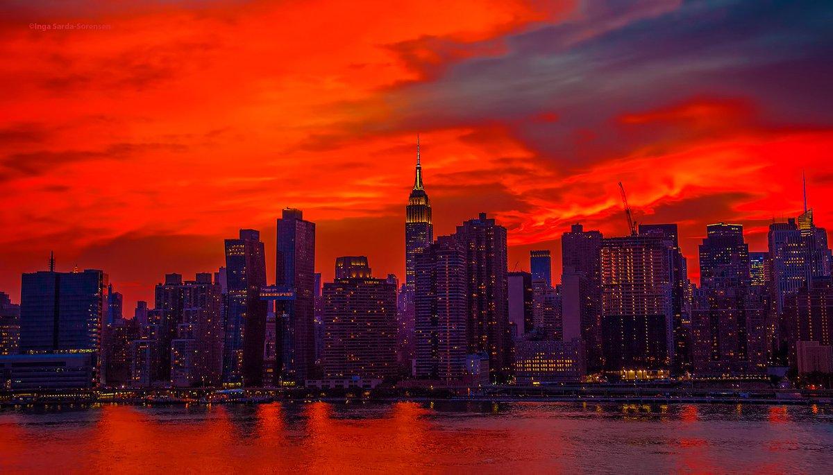 Fiery #sunset skies tonight in #NYC. #NewYork #NewYorkCity<br>http://pic.twitter.com/qeYDDrG3xb
