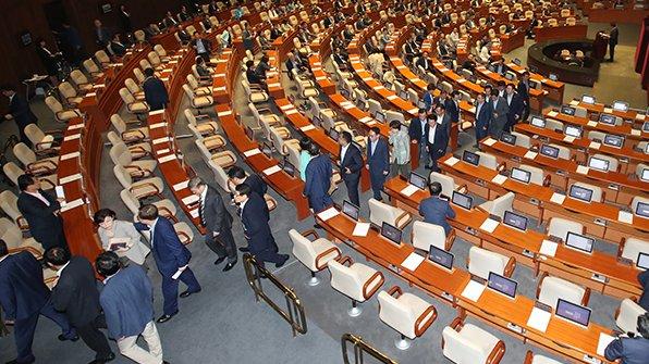 국회가 오늘(22일) 오전 본회의를 열고 정부 추경 예산안을 처리하려 했으나 정족수 미달로 표결이 지연되고 있네요. 자유한국당 의원들이 본회의에서 집단 퇴장했습니다. https://t.co/1lCuP1HZtT