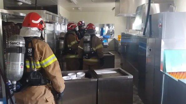오늘(22일) 오전 10시쯤, SK 하이닉스 청주공장 신축 현장에서 근로자들의 점심 식사를 준비하던 조리원 13명이 어지럼증 등의 증세를 호소해 병원으로 옮겨졌습니다. 삼계탕이 원인으로 지목되고 있습니다.https://t.co/EKLghLBogT