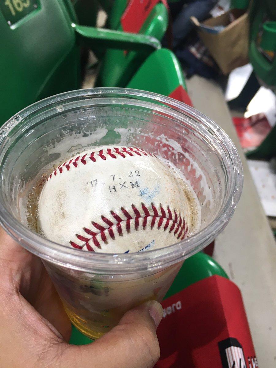 回またぎに内川選手が投げてくれたサービスボールが、ビールにホールインワンして飛び散った件www目の前に座ってる方のビールでしたが快く写真撮らせて頂きました。こんな事もあるんだね。そしてボールに日付が入ってる事を初めて知った:笑