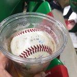 すごすぎる!内川選手が投げてくれたサービスボールがビールの中にホールインワン