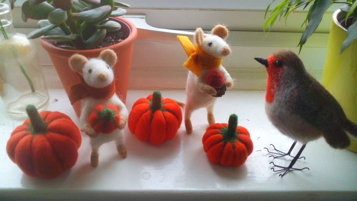 It&#39;s #crafturday, yay! Here&#39;s a sample of some of my #needlefelted lovelies for my autumn workshops @WistowGallery #handmade #HandmadeHour <br>http://pic.twitter.com/7OSrTUXbyH