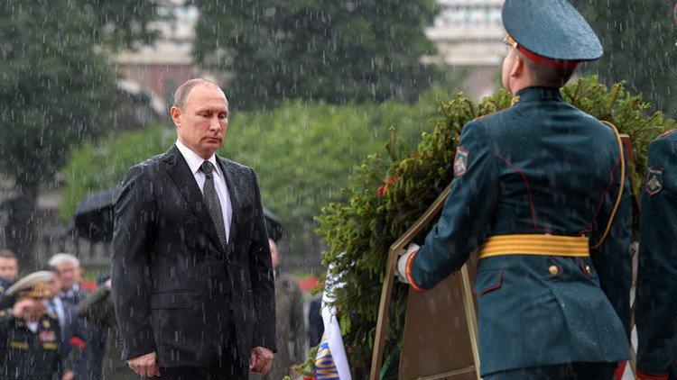 'No estoy hecho de azúcar': Putin explica por qué no usó paraguas en el emblemático video https://t.co/OOs7FdVxU0