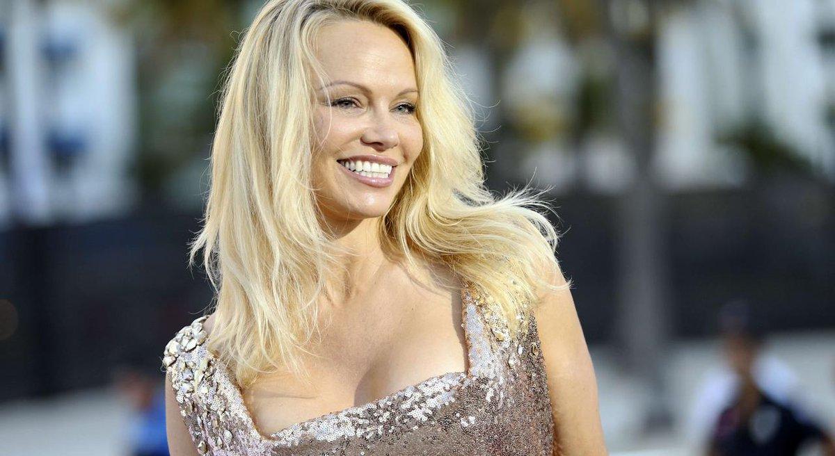 'Non aux corridas' : Pamela Anderson pose devant les arènes de Nîmes en défenseure de la cause animale https://t.co/bsxxpWcax7