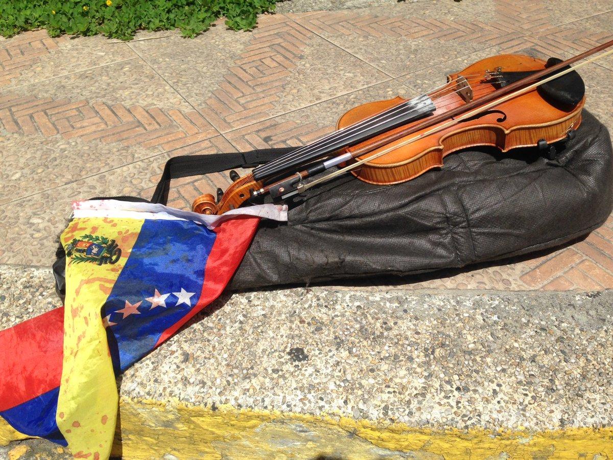 #22Jul Así quedó el violin de Willy Arteaga. Herido con perdigones este https://t.co/zOCNi4lUKn - @MENAMARY