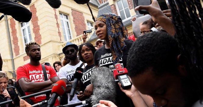 VIDÉO - Mort d'Adama Traoré : 'Ça fait un an qu'on veut nous faire taire, ça fait un an qu'on prend des coups' https://t.co/SPZKTS6AIR