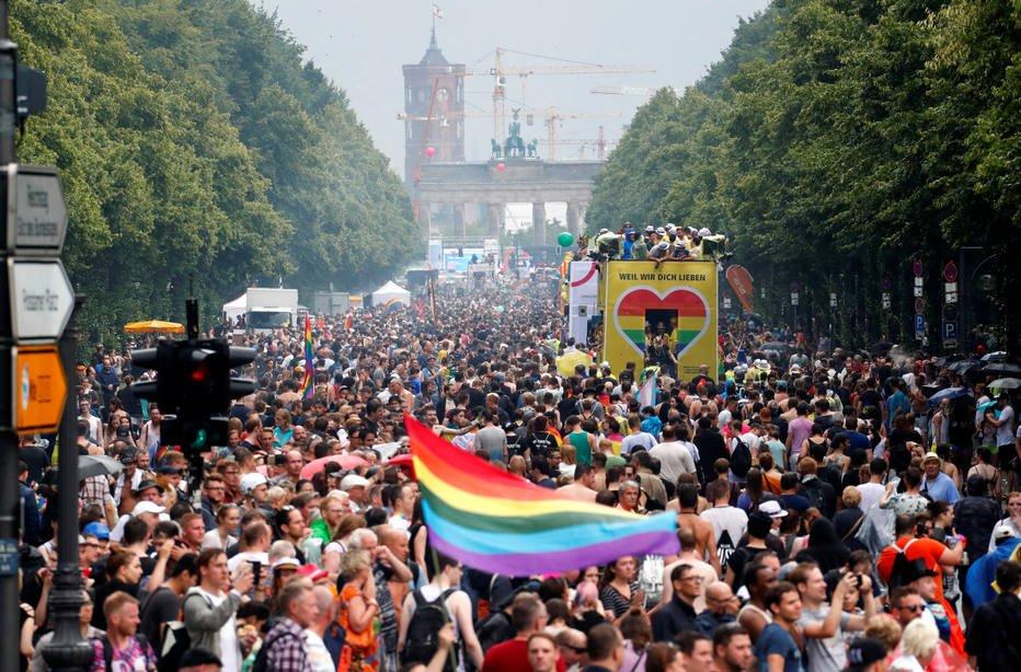 Em Berlim, parada anual do orgulho LGBT leva milhares às ruas https://t.co/nxKbIxQnTs