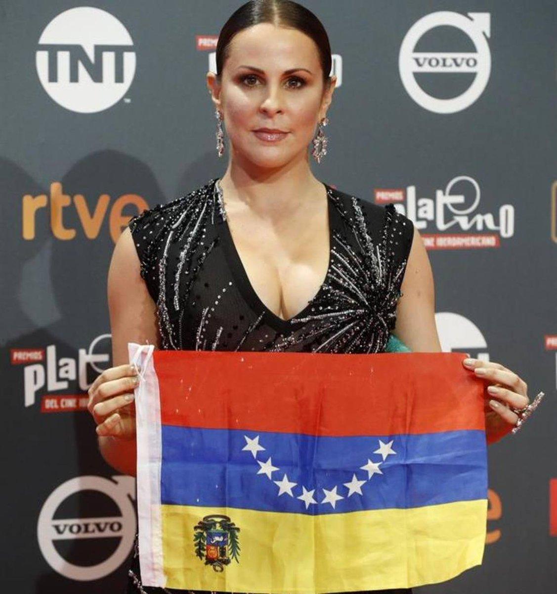 .La bandera de Venezuela presente en la alfombra de los premios Platino https://t.co/clpGGNJHMH  https://t.co/gU0ebegbMj