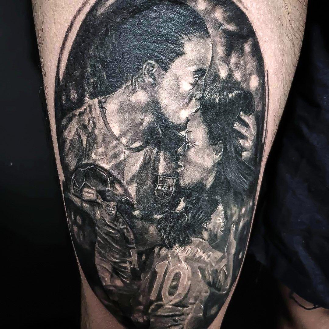 Olha que demais essa tatuagem que o Redline Tattoo fez. Muito obrigado pela homenagem, vou mostrar p/ a Dona Miguelina! 👏 #RonaldinhoTattoo