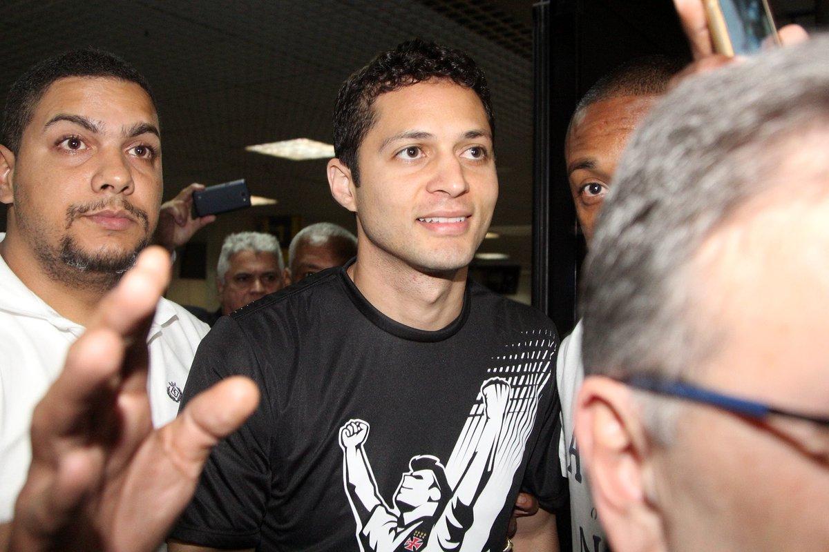 Ele chegou! Novo reforço do Vascão, Anderson Martins desembarcou no Rio de Janeiro e foi recepcionado pela torcida! #AndersonMartinsChegou