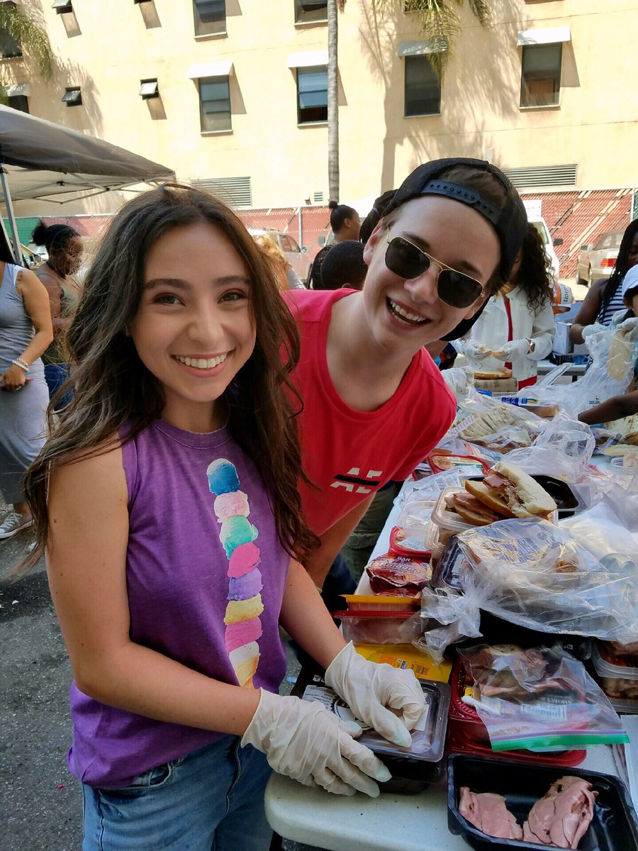 Great #givingback with my friend @CJValleroy at #unionrescuemission today #helpothers #bethechange #serveothers #inspireCali #skidrow<br>http://pic.twitter.com/7cZ5QFue4v