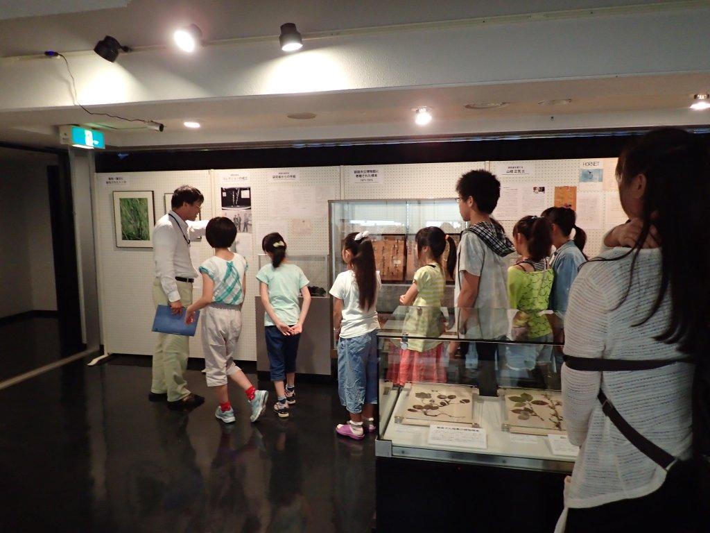 昨日から昆虫スケッチ教室が開講中です。初日は昆虫担当学芸員が虫の話や、子どもたちに昆虫標本の作成をしてもらいました。二日目の本日は画家の田中氏によるスケッチ講座を行っています。どんな絵が完成するのか楽しみです!