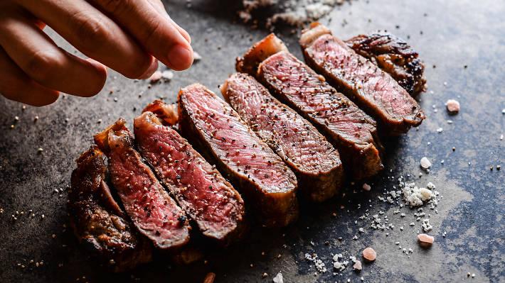 自家製ホットドックにかぶりつく。2017年5月29日にオープンした『NICK STOCK 渋谷道玄坂店』は「肉が旨いカフェ」をコンセプトとした京都発のレストラン。
