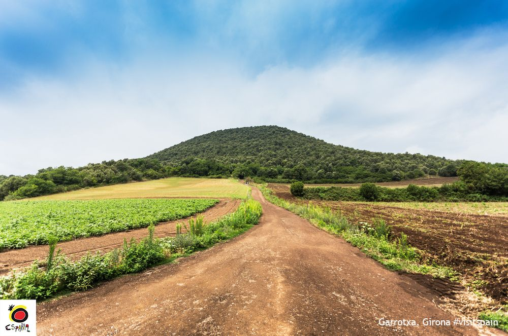 If you're a fan of volcanic landscapes you can't miss Garrotxa Volcanic Area Nature Park #VisitSpain #Gerona #Girona <br>http://pic.twitter.com/hkETRzlMLM