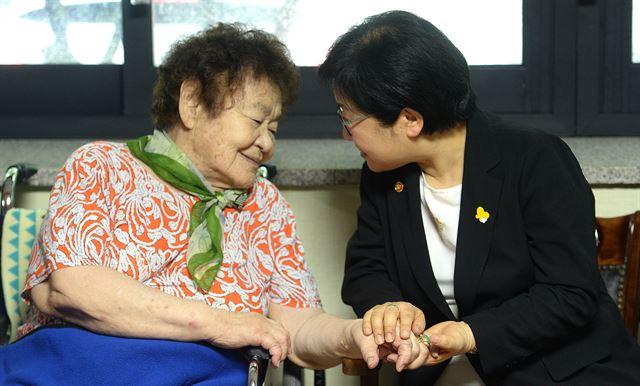 위안부 피해자 김군자 할머니 별세… 생존자 37명  탈출을 시도할 때마다 구타를 당해 고막이 터졌고, 할머니는 평생 왼쪽 귀로 들을 수 없었다  https://t.co/cd1Lpp2K15