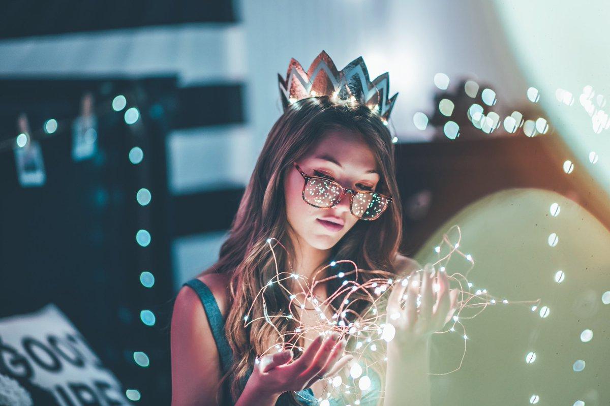 رمزيات بنات مع نظارات ،إضاءة بنفسجية Girl Light And