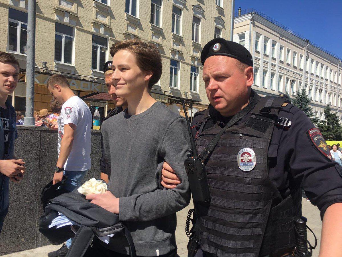 А вот и задержания на марше за свободный интернет в Москве. Парня задержали еще перед рамками