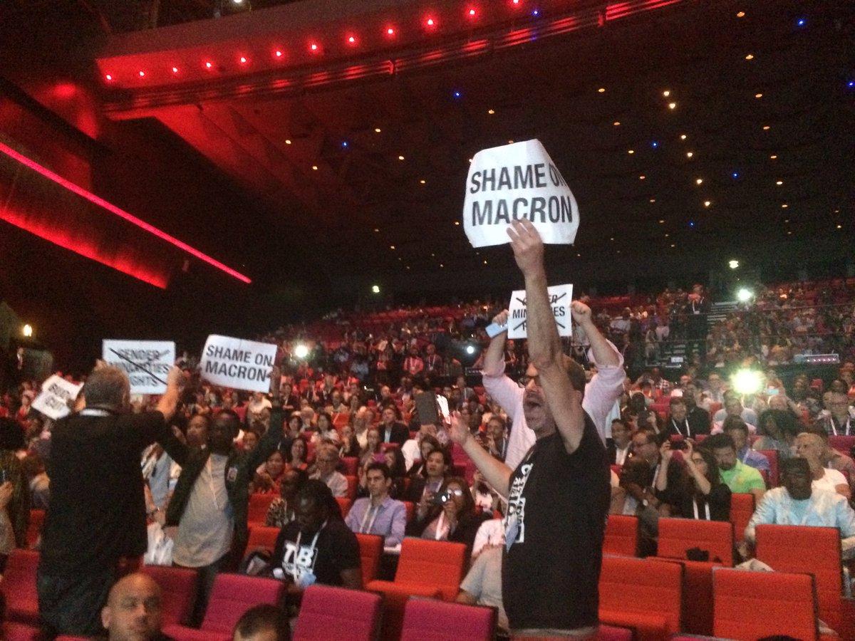 'SHAME ON MACRON'! Coupes budgétaires, baisse de l'APD.. A l'#IAS2017 @assoAIDES @actupparis @CoalitionPLUS &friends manifestent leur colère