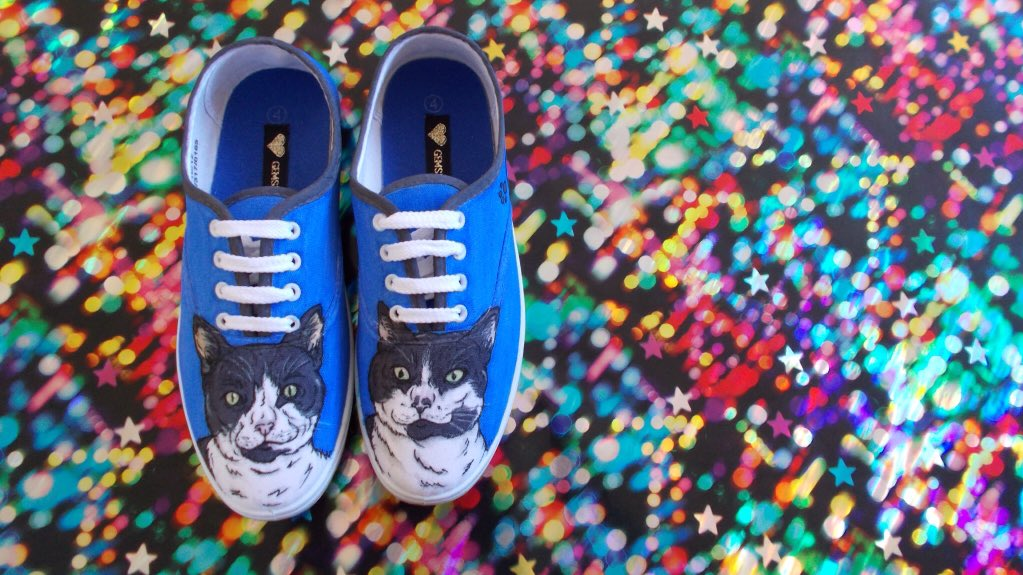 Pets, pets, pets. Portraits on shoes is my thing.  #crafthour #illustration #pet #portrait #shoeart #sneakers #custom #etsy #cats<br>http://pic.twitter.com/a2X44X0DAr