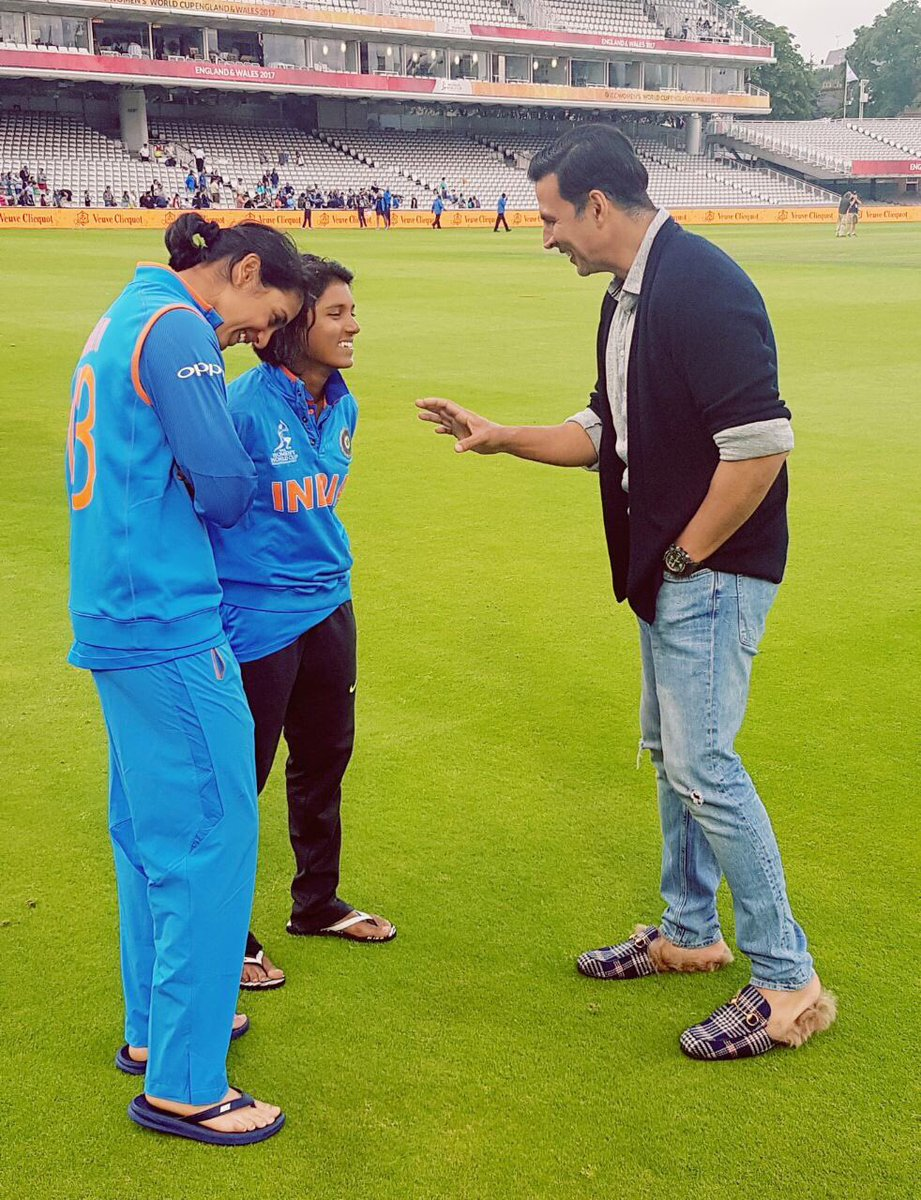 This is so sweet of you @akshaykumar Sir to be there on the field encouraging the girls #BleedBlue #respect <br>http://pic.twitter.com/kBZ7JD3iXF