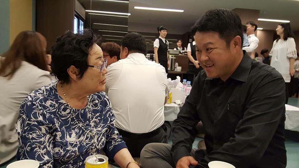 어제 별세한 일본군 성노예제 피해자인 김군자 할머니 빈소에 방송인 김구라 씨도 다녀갔다는거 알려 드려요.아들과 함께 왔답니다.조문 후 이용수 할머니와 이야기 나누는 모습이에요.다들 알겠지만 꾸준하게 나눔의집에서 봉사하고 기부도 하는 님이 고맙습니다.