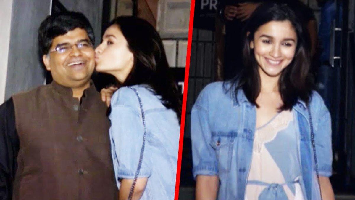 देखिए #AliaBhatt पहोची Filmfare Editor #JiteshPillai&#39;s Birthday Party पर Check Out  http:// goo.gl/qkchyC  &nbsp;  <br>http://pic.twitter.com/TIXcPjN9tJ