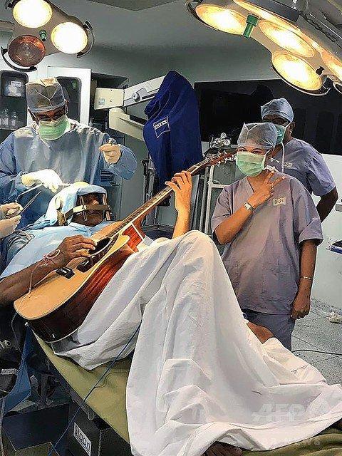 1000RT:【見事回復】インド人男性、ギター弾きながら脳手術受ける https://t.co/wp0LFqdov3  神経を破壊する脳内の部位を特定するのに役立ったという。「自分の指の動きが魔法のように良くなっていくのは驚きだった」と語った。