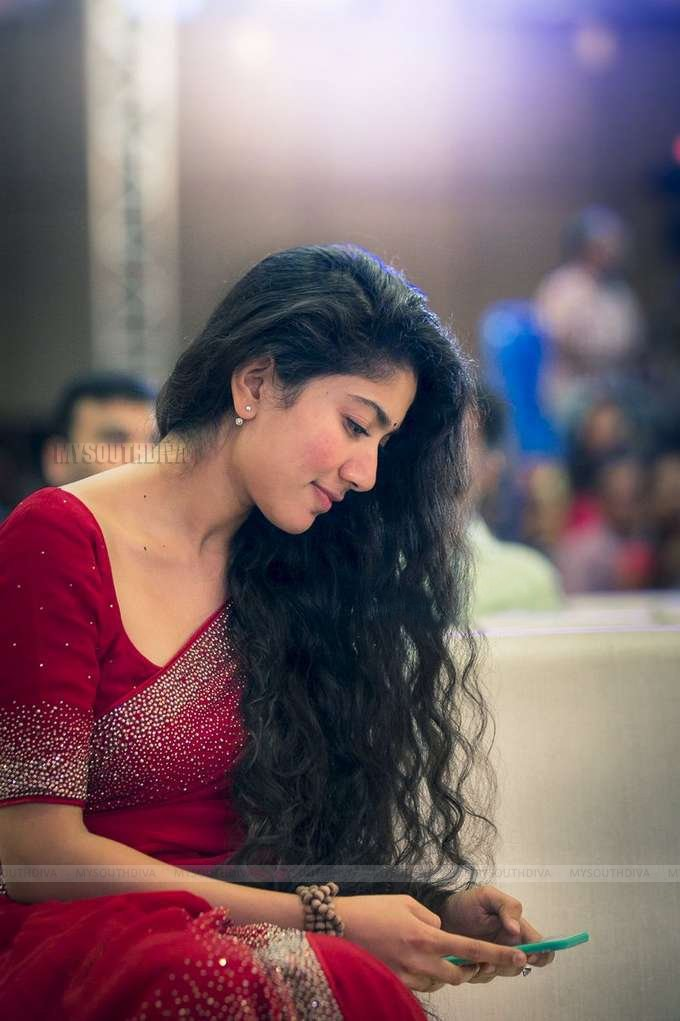 SaiPallavi looks flawless in this casual outfit! @Sai_Pallavi92  #Tollywood #MSD #actress #defstar5 #Bollywood #makeyourbed #MakeoverMonday<br>http://pic.twitter.com/seRrVClMbF