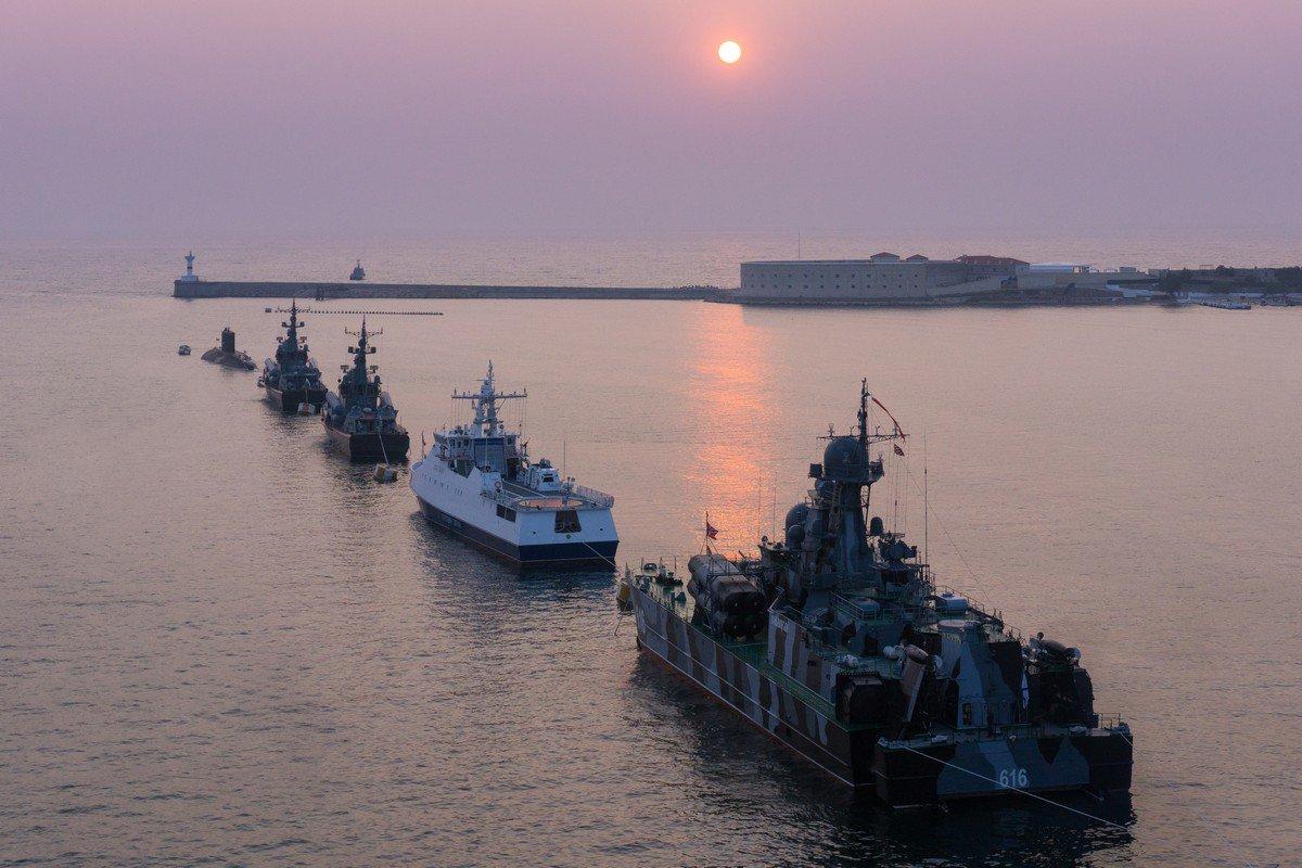 Формирование парадного строя кораблей ко Дню Военно-Морского Флота в Севастополе