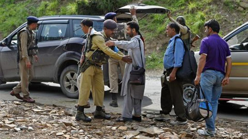 LeT 'over ground workers' who aided #AmarnathAttack identified: Police  http:// read.ht/B3Yu  &nbsp;  <br>http://pic.twitter.com/AETaGgKvoT