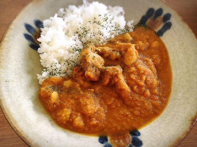 夏に食べたくなる、スパイスの効いた本格カレー。我が家では、チキンとひよこ豆を使ったスパイスカレーが定番です。絶品&簡単レシピで、真夏の食卓を楽しく。(Mayumi Nakamura)