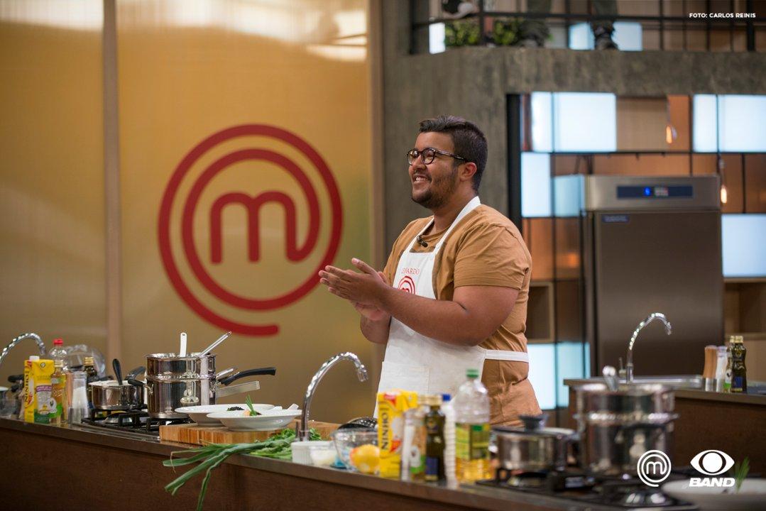 """""""Foi muito difícil porque o prato é super complexo, e mais velho que eu"""" disse o @MChefLeonardo: https://t.co/sn3ott2NSA #MasterChefBR"""