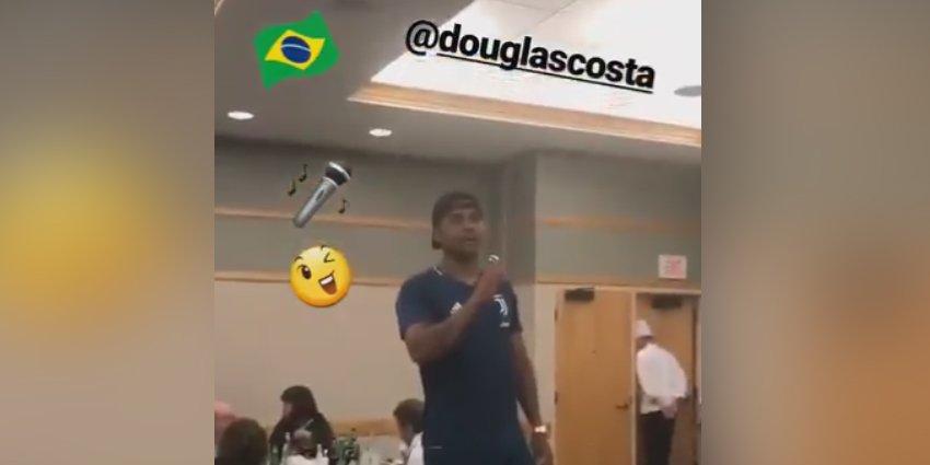 Douglas Costa leva 'trote' e apresenta astro da música brasileira ao elenco da Juve https://t.co/ngm6X5ACDY #ItalianoFOXSports