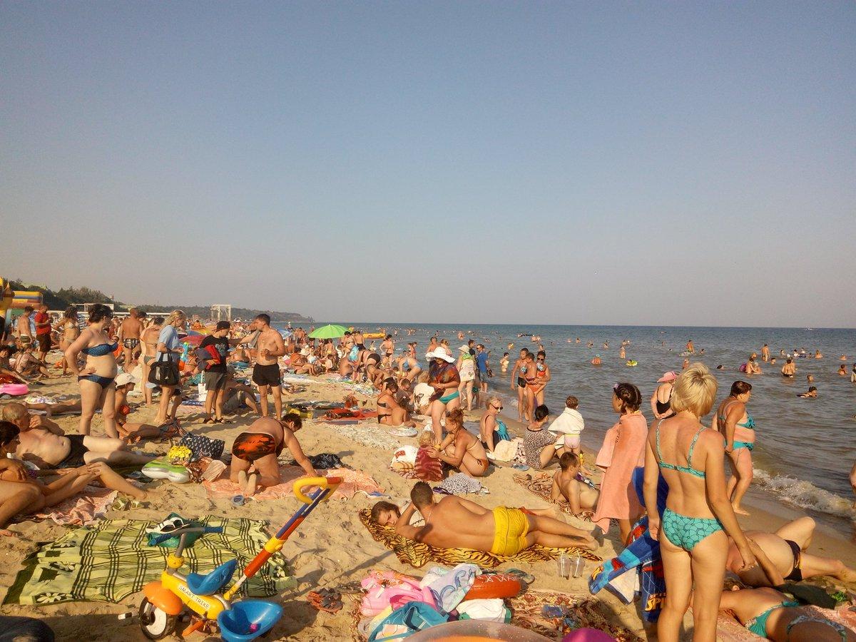 Без одежды на пляж, трахает девку с большой попой раком