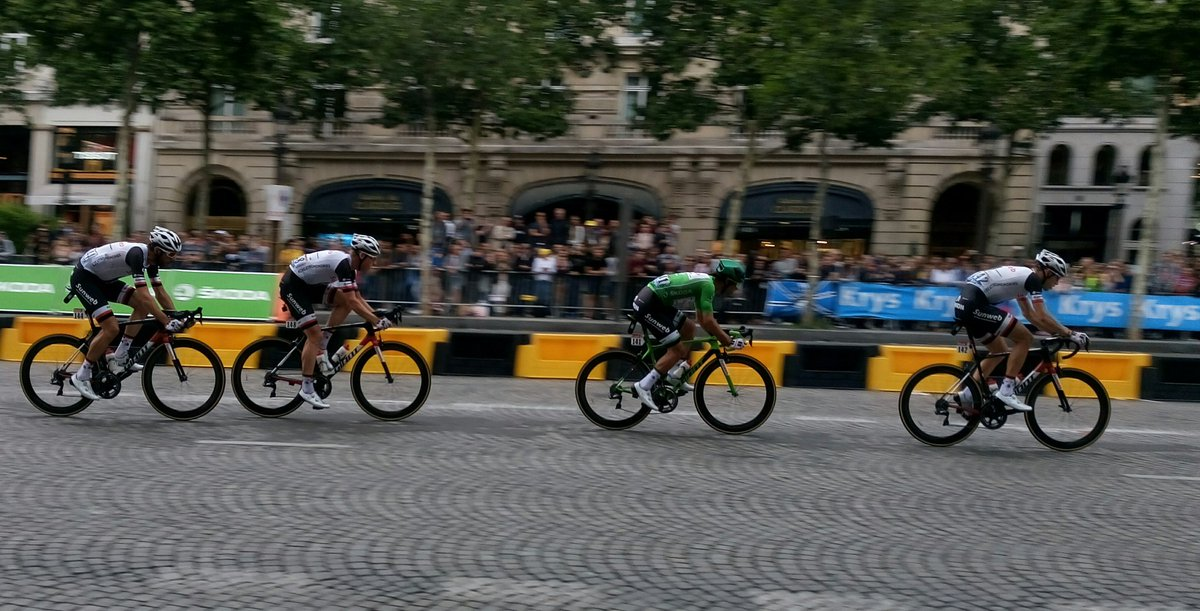The man in Green @blingmatthews and his posse @TeamSunweb on the #champs-elysées @LeTour<br>http://pic.twitter.com/h1EygrTfwW