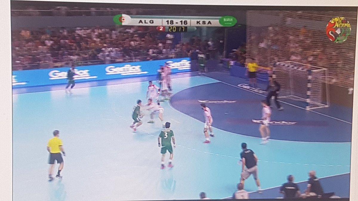 Devant un bon #Algerie vs #Arabie_Saoudite #MondialU21 #Handball ça joue fort ! Et grosse ambiance à #Alger.