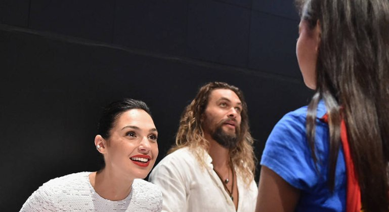 Gal Gadot comforted a crying young fan who came dressed as Wonder Woman:  https://t.co/okKqgyijXi